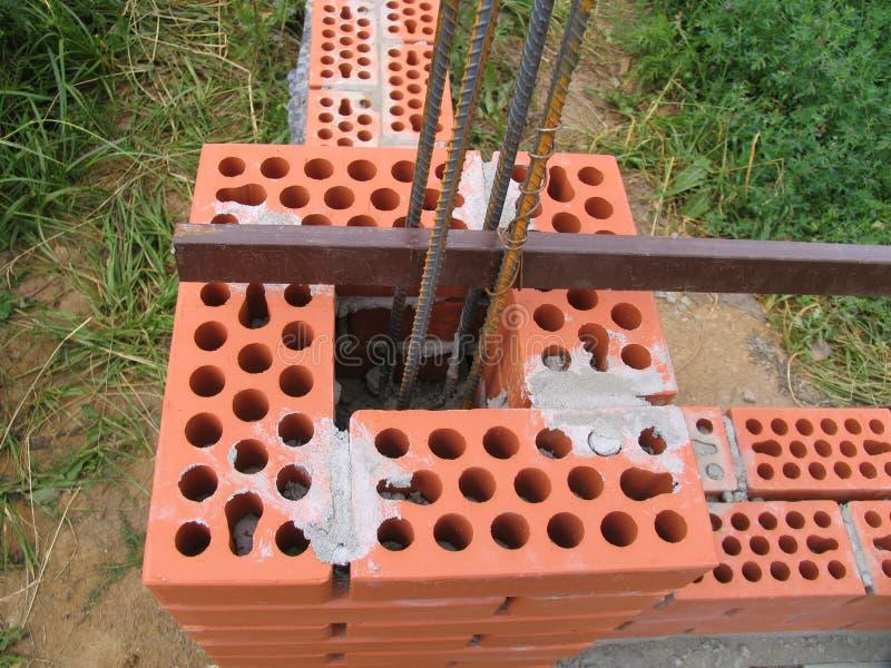 Budowa Nowy cegły ogrodzenie obrazy stock