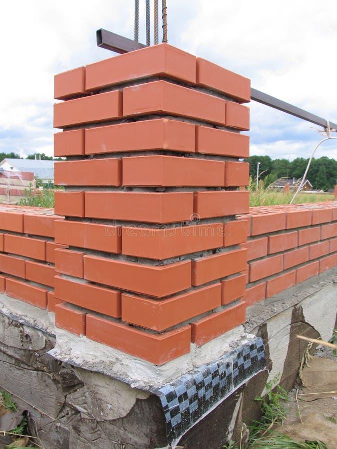 Budowa Nowy cegły ogrodzenie obraz royalty free