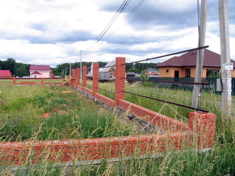 Budowa Nowy cegły ogrodzenie zdjęcia royalty free
