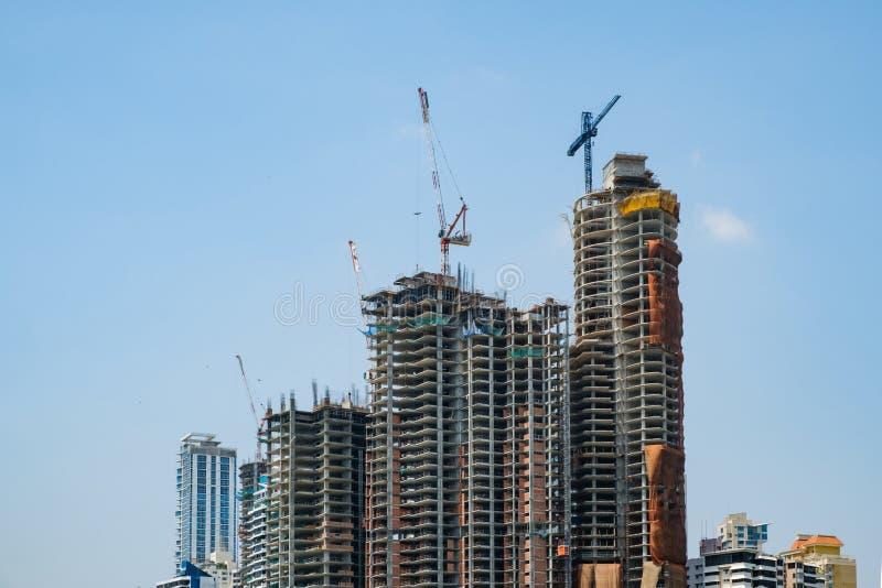 Budowa nowy drapacza chmur budynek odizolowywający na błękitnym s obraz stock