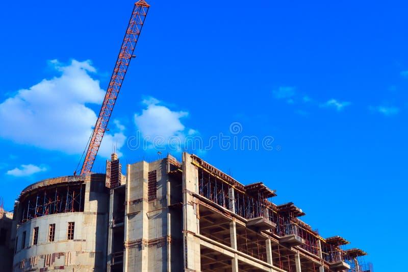 Budowa nowy piękny zakupy kompleks, niedokończone podłoga wieżowiec, budowa żuraw zdjęcie royalty free