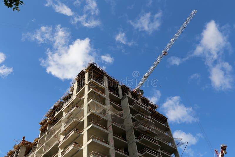 Budowa piętrowi budynki z zastosowaniem żurawie, Moskwa, Rosja zdjęcie stock