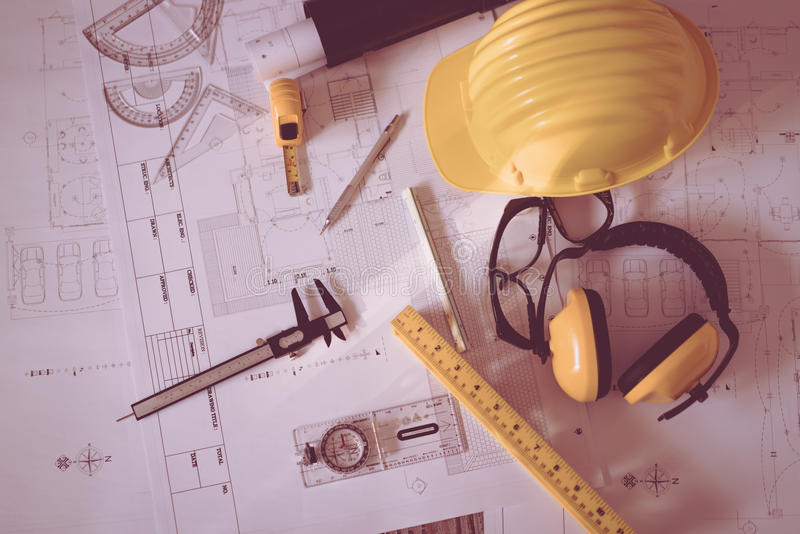 Budowa plany z hełmem i rysunkowi narzędzia na projektach fotografia stock