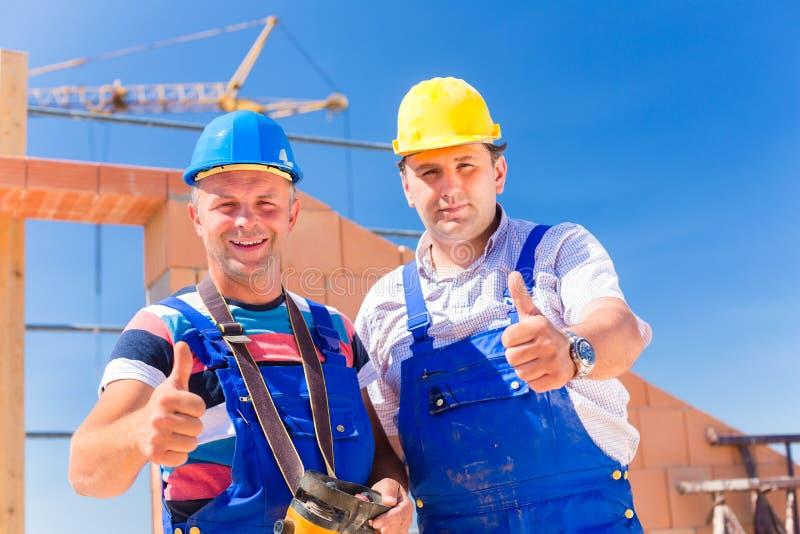 Budowa pracownicy buduje ściany na domu fotografia royalty free