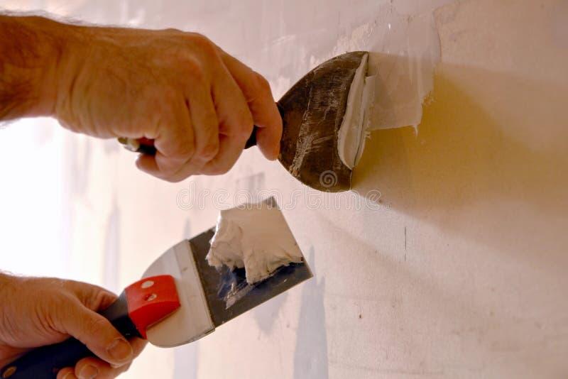 budowa pracownik nożowy nowy spackling ścienny fotografia stock