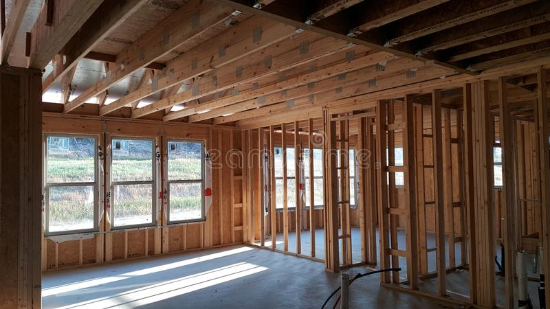 budowa szczegółów drzwi garażu front domu przez okno zdjęcie royalty free