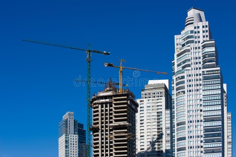 budowa TARGET595_1_ betonowi żurawie obraz stock