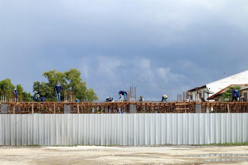 Budowa teren, ludzie pracuje przy budowa terenem, miejsce pracowników budowa, kamieniarza pracownika miejsce obraz royalty free