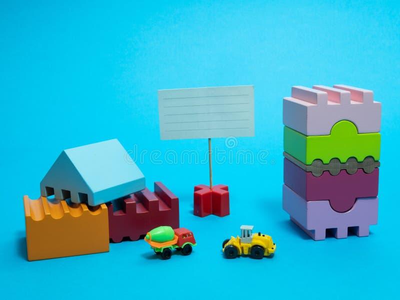 Budowa z drewnianą bloku dziecka zabawką obrazy royalty free
