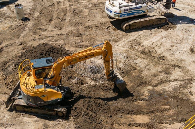 Budowa z ekskawatoru głębienia ziemią fotografia stock