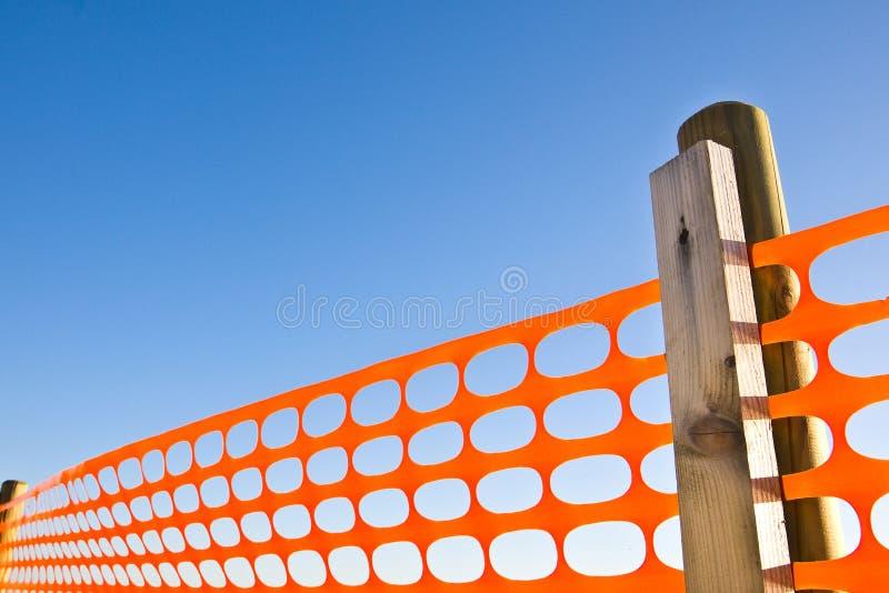 Budowa z zbawczą pomarańczową siatką przeciw niebieskiemu niebu fotografia stock