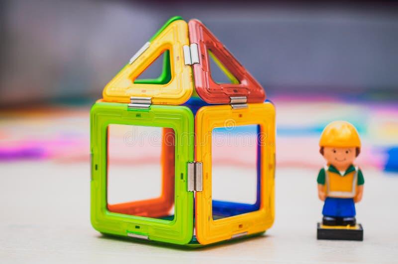 Budowniczego i budynku przemysłu pojęcie dziecko tła ręce domu czarna zabawka obrazy royalty free
