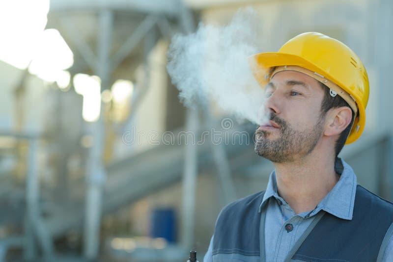 Budowniczego pracownik z papierosu dymu przerwą fotografia royalty free