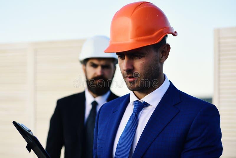 Budowniczowie dyskutuje plan lub budżet Coworking i budowy pojęcie obraz stock