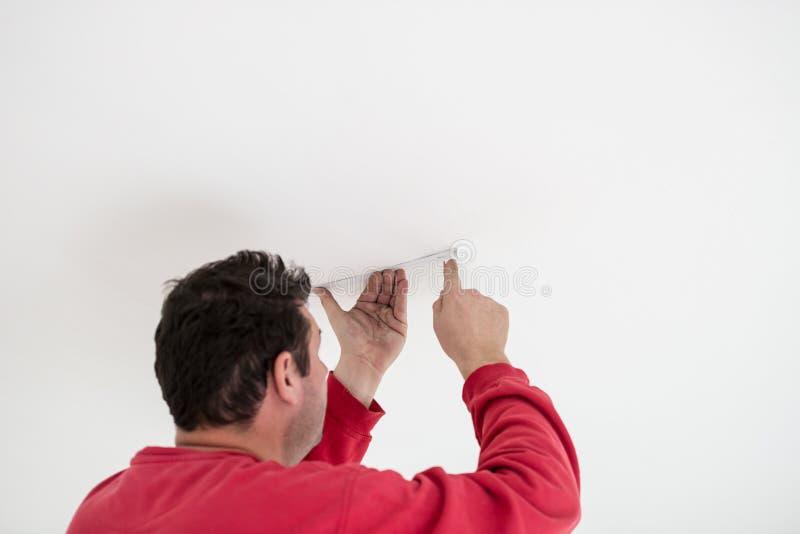 Budowniczy dołącza przewód lub kabel sufit obraz royalty free