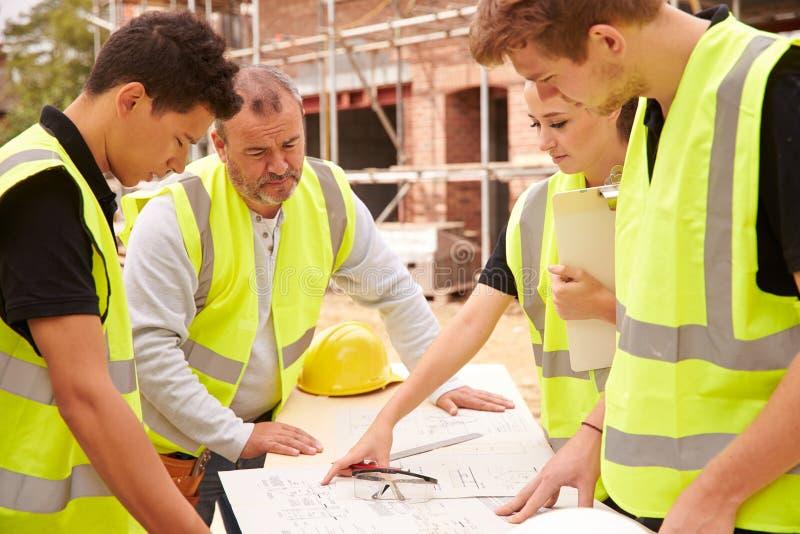 Budowniczy Dyskutuje pracę Z aplikantem Na placu budowy zdjęcia stock