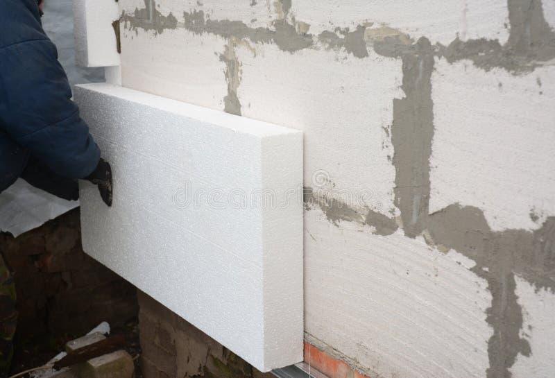 Budowniczy instaluje sztywno styrofoam izolaci deskę dla energooszczędnego Sztywno wyrzucona polistyrenowa izolacja obraz stock