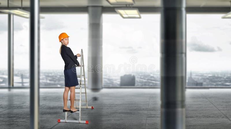 Budowniczy kobiety viewing miasto zdjęcia royalty free