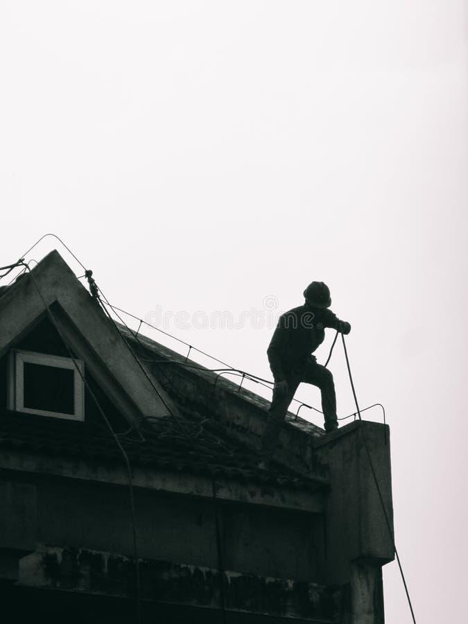 Budowniczy lub pracownik pracuje na dachu zdjęcie royalty free