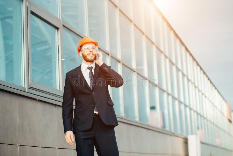 Budowniczy Na miejscu Używać telefon komórkowego zdjęcia stock
