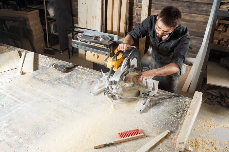 Budowniczy piłuje nowożytnego kółkowego saw zdjęcie royalty free
