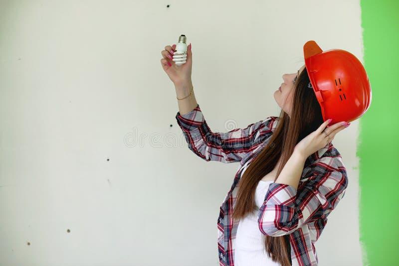 Budowniczy robi naprawom w mieszkaniu Kończyć pracy na p obrazy royalty free