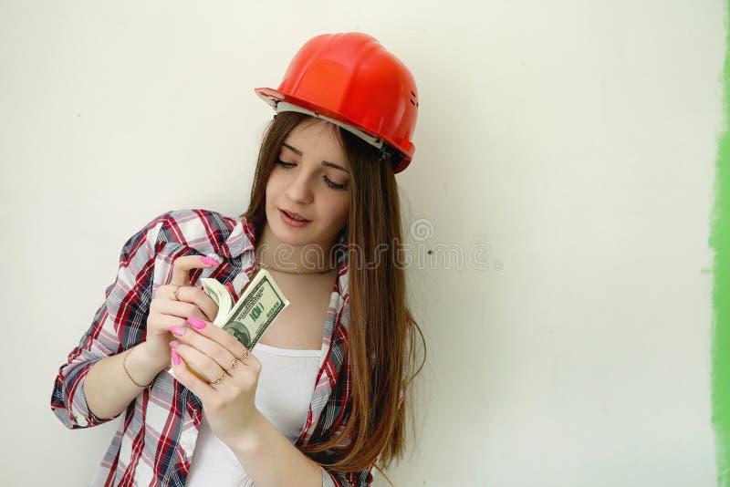 Budowniczy robi naprawom w mieszkaniu Kończyć pracy na p zdjęcie royalty free