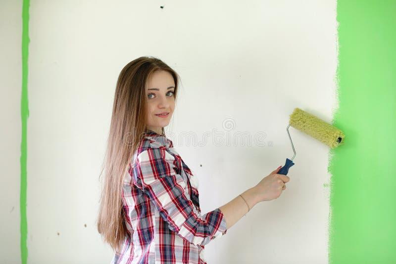 Budowniczy robi naprawom w mieszkaniu Kończyć pracy na p zdjęcia stock
