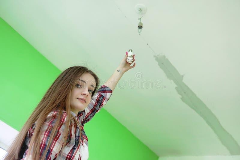 Budowniczy robi naprawom w mieszkaniu Kończyć pracy na p fotografia stock