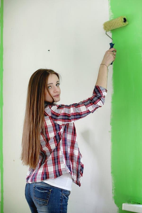 Budowniczy robi naprawom w mieszkaniu Kończyć pracy na p zdjęcia royalty free