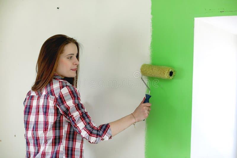 Budowniczy robi naprawom w mieszkaniu Kończyć pracy na p obrazy stock