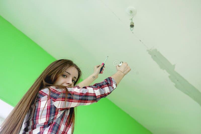 Budowniczy robi naprawom w mieszkaniu Kończyć pracy na p fotografia royalty free