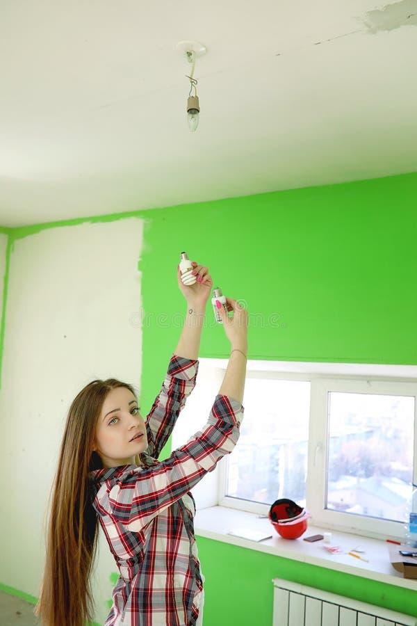 Budowniczy robi naprawom w mieszkaniu Kończyć pracy na p obraz stock