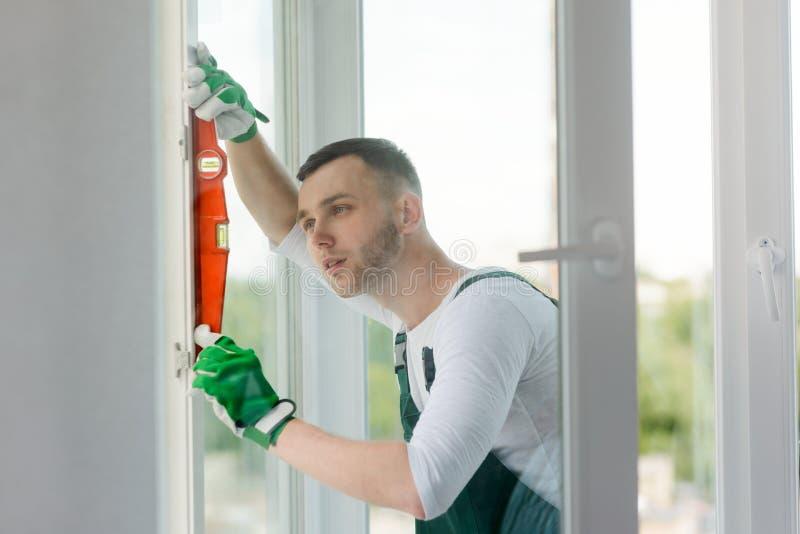 Budowniczy sprawdza pracę zdjęcie stock