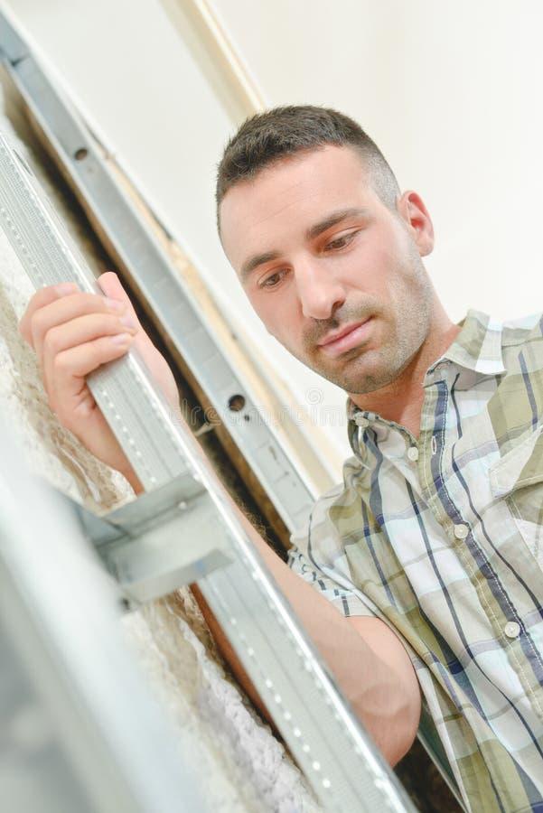 Budowniczy trzyma pionową metal strukturę fotografia royalty free