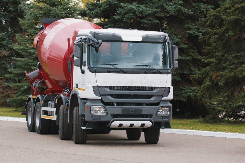Budowy ciężarówka - betonowy melanżer z czerwonym ciałem zdjęcia royalty free