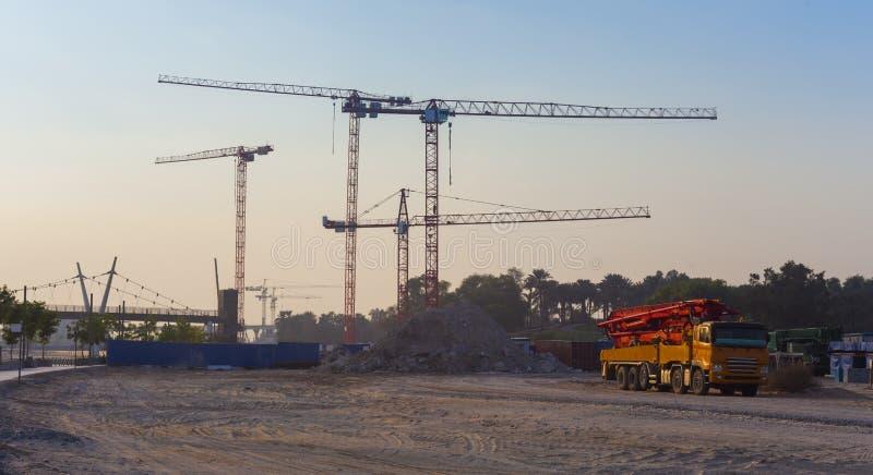 Budowy ciężarówka z betonową pompą i żurawie zdjęcia stock