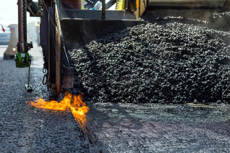 Budowy i naprawy droga Technologia i zasady łączyć droga asfaltowych bruki używać asfaltową brukarz maszynę obrazy royalty free
