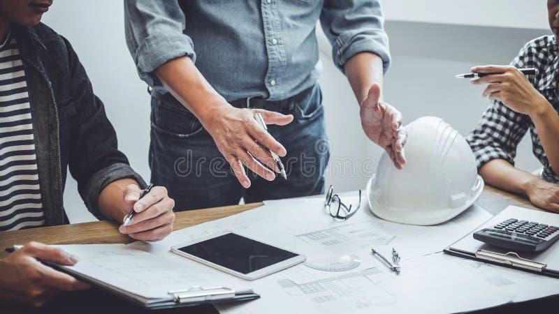 Budowy i struktury poj?cie lub pracuje z partnerem i konstruuje narz?dzia dalej dla projekta spotkanie obrazy stock