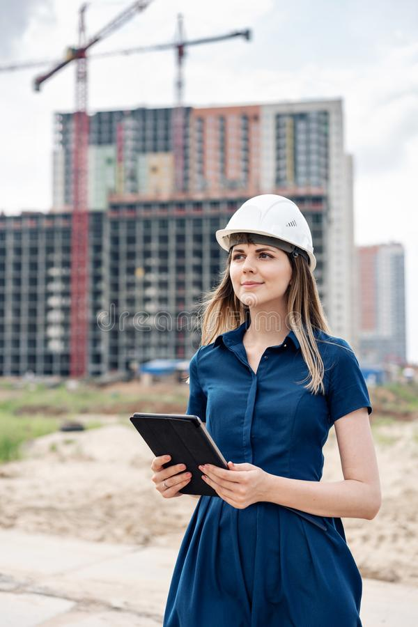 budowy inżyniera kobieta Architekt z pastylka komputerem przy budową Młoda Kobieta patrzeje, budujący obraz stock