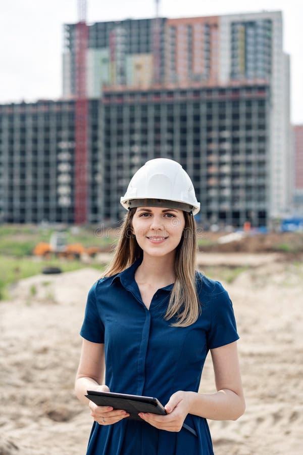 budowy inżyniera kobieta Architekt z pastylka komputerem przy budową Młodej Kobiety spojrzenie w kamerze fotografia stock
