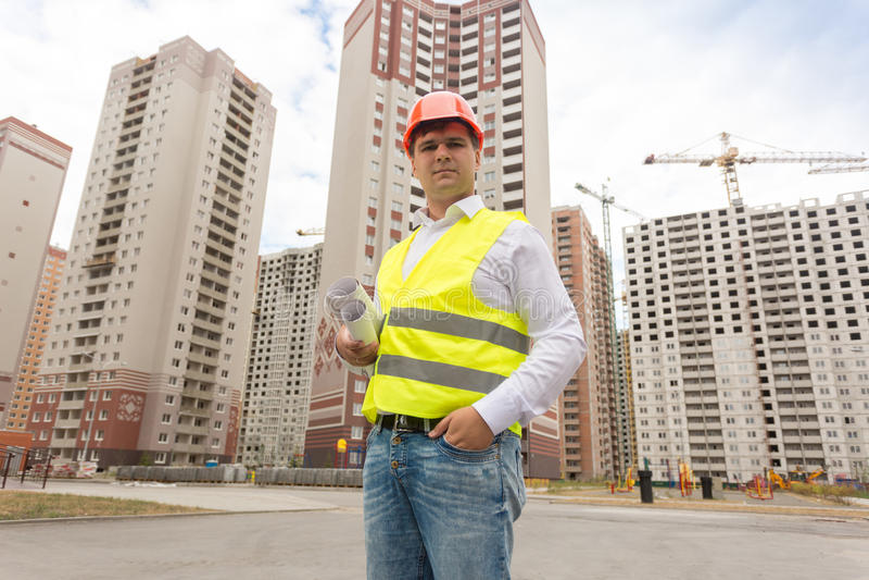Budowy inspektorska pozycja na placu budowy i patrzeć zdjęcie stock