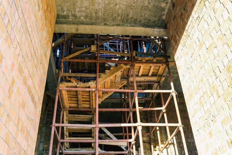 Budowy na budynku w budowie Żelazny lessa i drewniani schodki Budowa budynek yellow obrazy stock