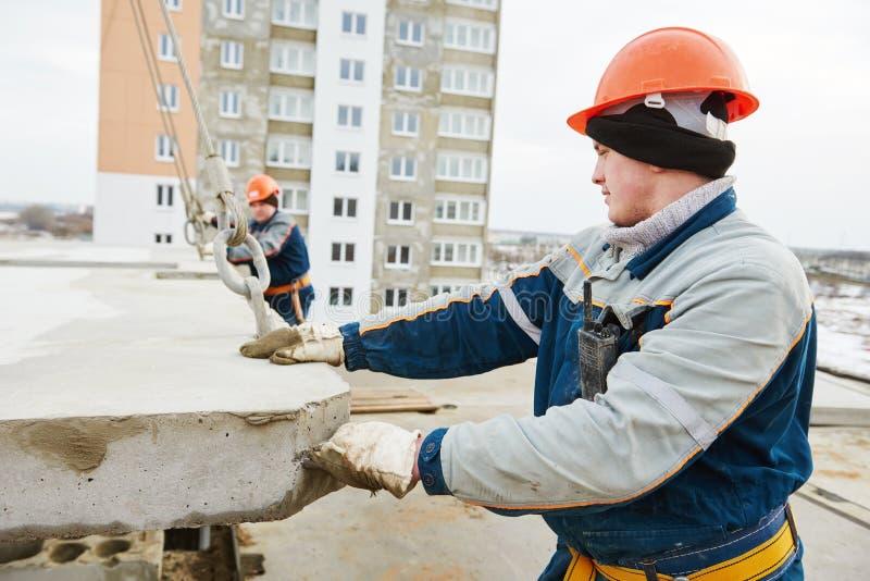 budowy odosobniony ładny stroju pracownik Budowniczych betoniarscy joiners przy pracą zdjęcie royalty free