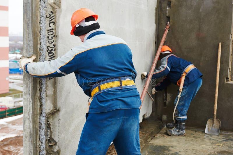 budowy odosobniony ładny stroju pracownik Budowniczych betoniarscy joiners przy pracą obraz stock