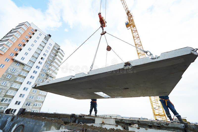 budowy odosobniony ładny stroju pracownik Budowniczych betoniarscy joiners przy pracą fotografia royalty free