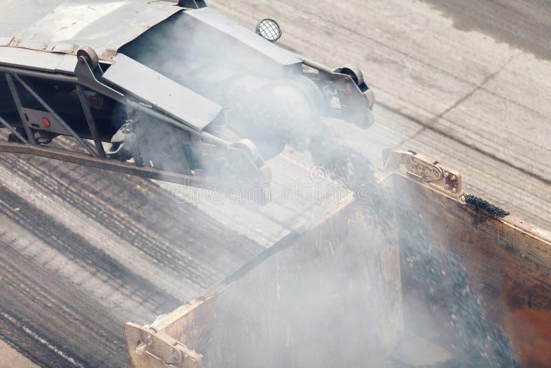 budowy przykopu instalacyjne drogowe pracy Asfaltowy usuwa maszynowy ładowanie pudrował asfalt na ciężarówce obrazy stock