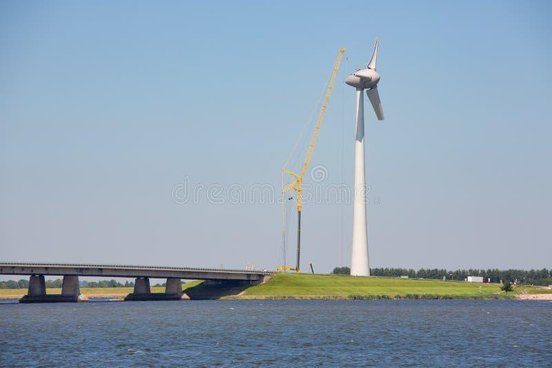 Budowy windturbine blisko betonu Holenderski most zdjęcie stock
