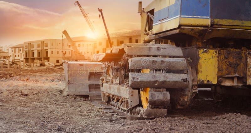 Budowy wyposażenie w budowa budynku nowym tle, ekskawator z żurawiem na budowie obraz royalty free