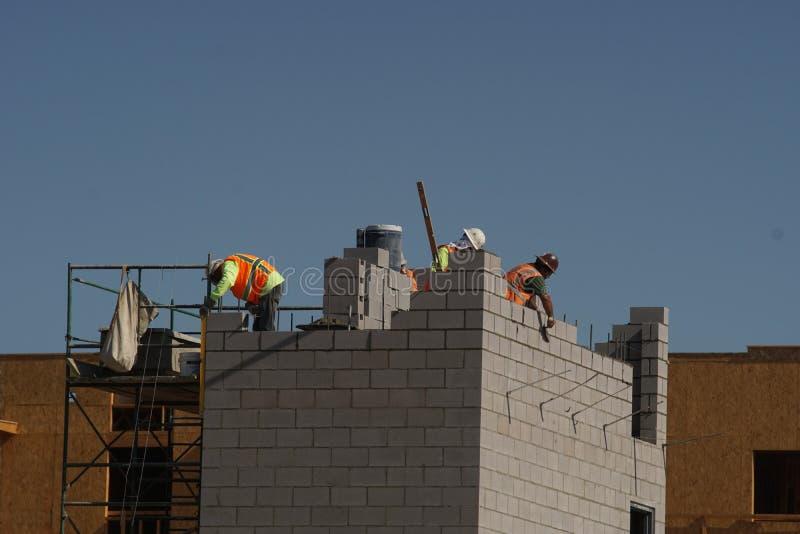 Budowy załoga pracuje na nowym budynku fotografia stock